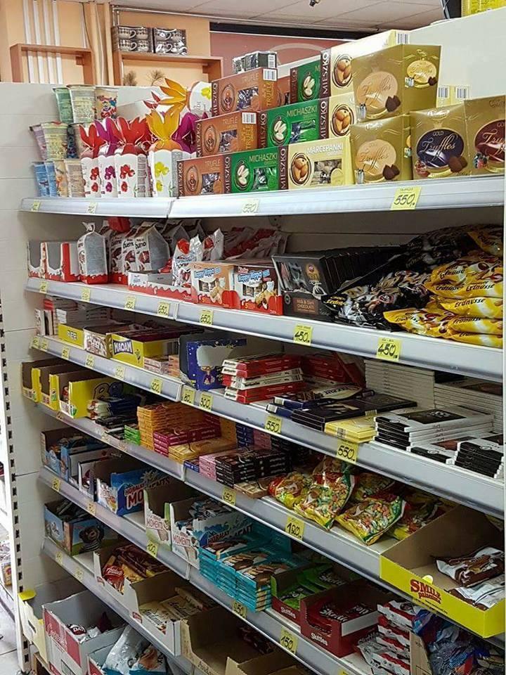 Kệ hàng của tiệm tạp hóa Terenku Food
