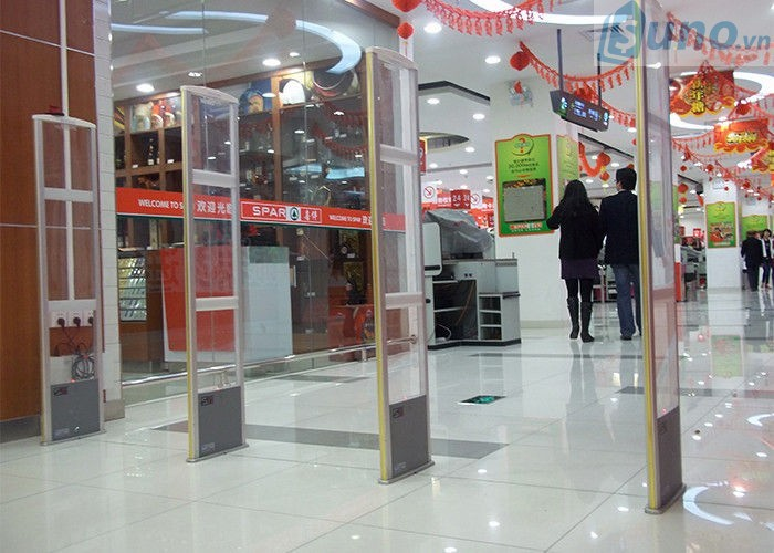 cổng từ cũng là cách phổ biến để chống trộm cho cửa hàng