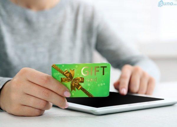 Phát phiếu quà tặng khuyến khích khách hàng chi tiêu