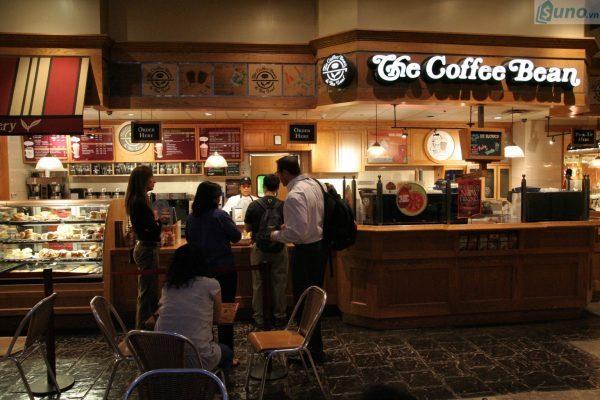 Không đơn thuần chỉ là quán cafe, bạn hoàn toàn có thể kết hợp kinh doanh thêm một gian hàng bánh ngọt hoặc kết hợp điểm tâm sáng,... cho khách hàng.