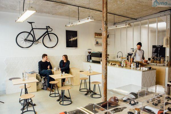 Tính toán chi phí chung cho quán cà phê và so sánh với tiềm năng lợi nhuận