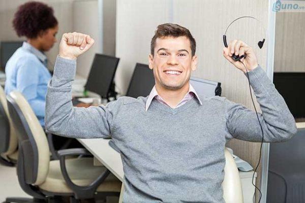 Luôn mỉm cười là cách giúp bạn cải thiện kỹ năng bán hàng qua điện thoại