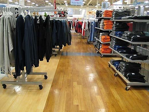 Cách trang trí cửa hàng bán lẻ bắt mắt thông qua kết hợp nhiều màu sắc sàn nhà