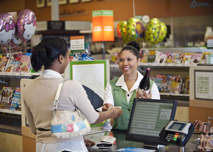 Trò chuyện một cách vui vẻ, thân tình với khách hàng như một người bạn chính là cách giúp bạn tạo dựng dịch vụ khách hàng tốt