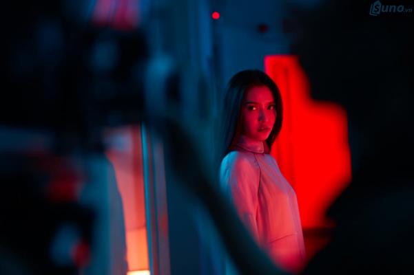 """Bích Phương xuất hiện đầy ma mị, sử dụng tông màu Đỏ - Đen trong MV """"Bùa yêu"""""""