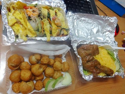 Đồ ăn được gói bằng giấy bạc giúp giữ nhiệt lâu hơn, đảm bảo thức ăn đến tay khách hàng vẫn còn nóng hổi