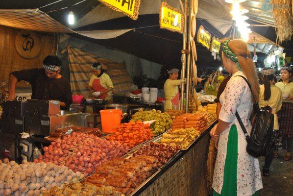 Một trong những cách hốt bạc dịp Tết Trung thu là bán đồ ăn trong những gian hàng hội chợ, lễ hội ẩm thực