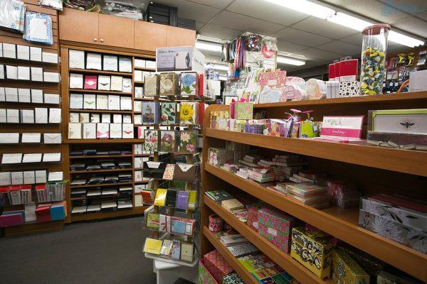Ngoài văn phòng phẩm ra thì cũng nên có nhiều loại mặt hàng đa dạng như đồ handmade (thiệp, hộp quà, giấy thủ công,...)