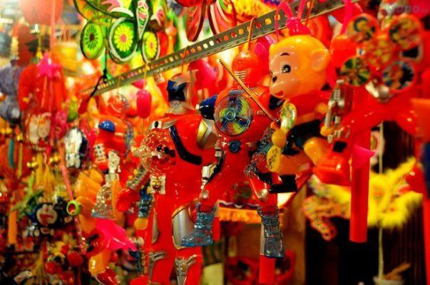 Bên cạnh đồ chơi truyền thống thì những món đồ chơi điện tử hiện đại cũng thu hút trẻ em không kém vào dịp Têt Trung thu