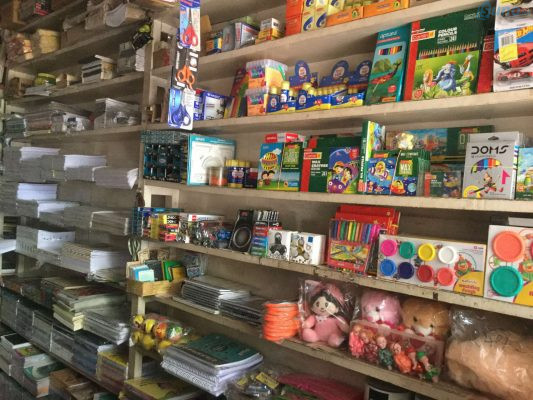 Có thể bán kèm thêm dụng cụ học sinh và đồ chơi trẻ em để làm đa dạng, phong phú mặt hàng của cửa hàng văn phòng phẩm.