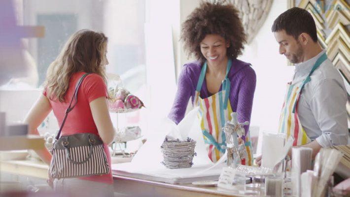 Đối với những nhân viên có tính cách vui vẻ, luôn tươi cười thì bạn nên phân bổ ở vị trí tiếp đón, tư vấn cho khách hàng nhiều hơn
