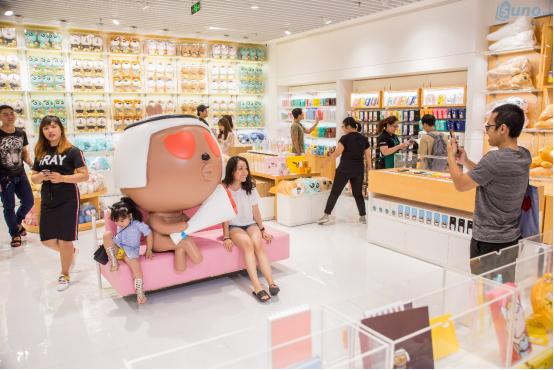 Không gian trong 1 cửa hàng Mumuso được trang trí vô cùng bắt mắt, dễ thương khiến khách hàng luôn muốn chụp hình selfie