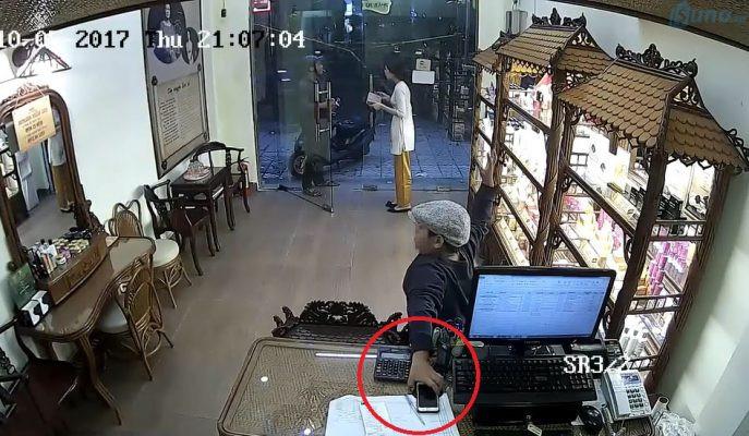 Hình ảnh mà camera ghi lại được thủ đoạn phổ biến của dân trộm cắp, đó là dàn cảnh, làm phân tán sự chú ý của nhân viên để đồng bọn ra tay