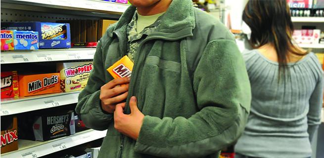 Nạn trộm cắp mùa tựu trường là vấn đề đau đầu của các chủ cửa hàng văn phòng phẩm