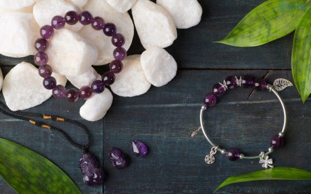 Trang sức làm từ đá quý phù hợp theo từng mệnh là một trong những mặt hàng phong thủy được ưa chuộng và dễ bán nhất