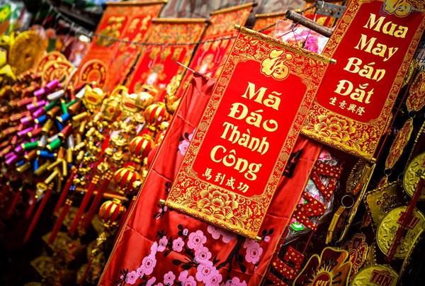 Vật dụng trang trí Tết mang màu sắc đỏ, vàng, những câu đối chúc Tết, cây thần tài, dây tiền may mắn,... đều được ưa chuộng và phù hợp kinh doanh dịp Tết